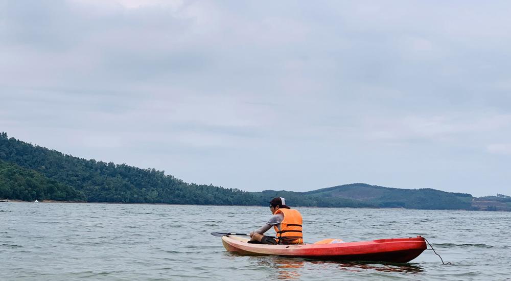 Chèo Kayak trên lòng hồ