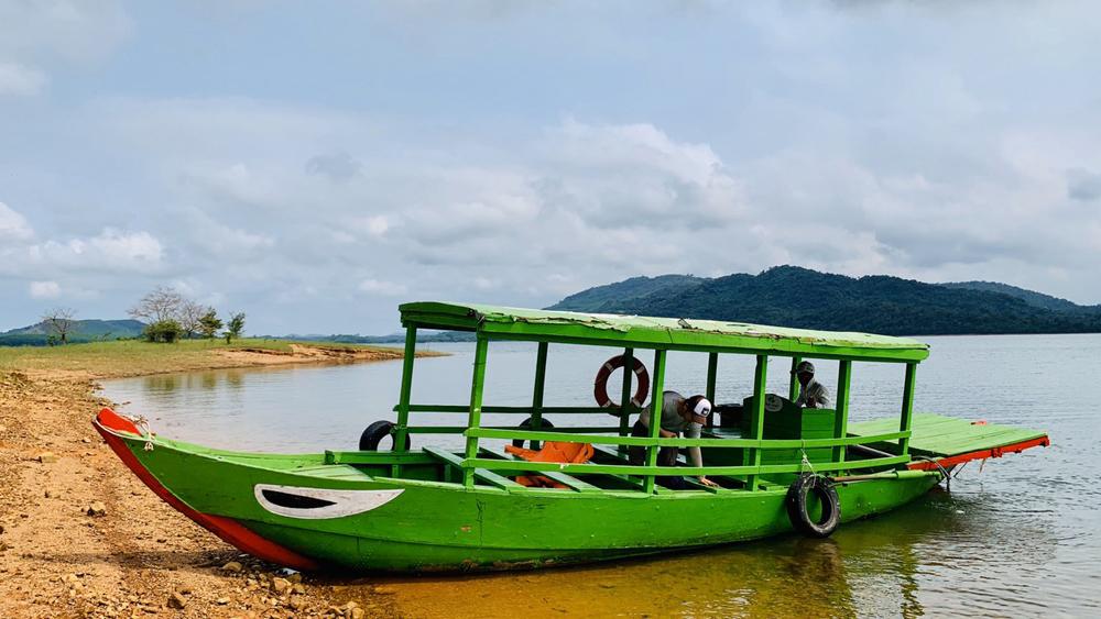 Thuyền gỗ di chuyển trong lòng Hồ Phú Ninh